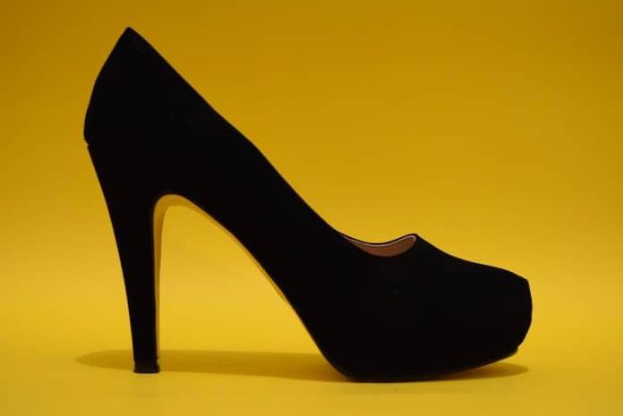 черни обувки на високи токчета