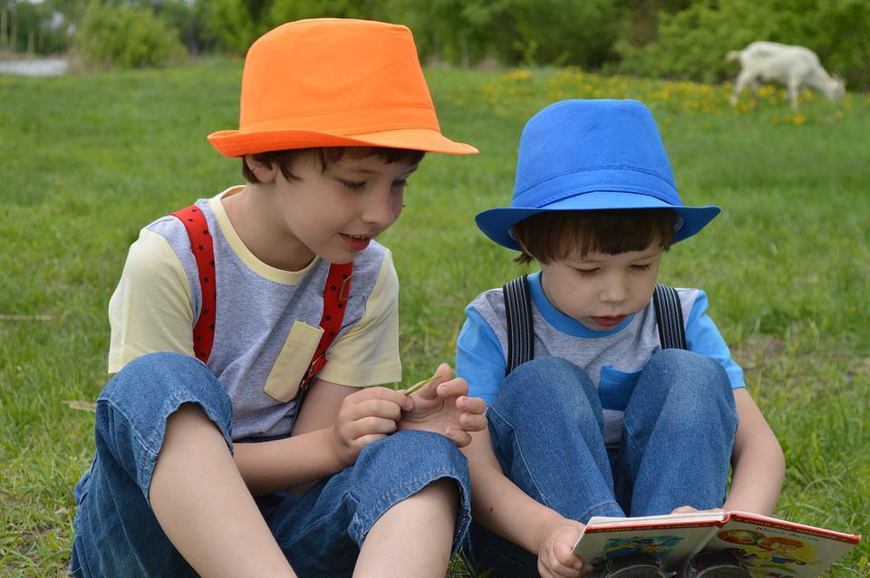 деца четат книга