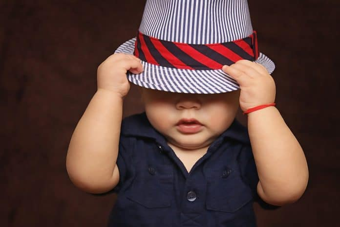 Дете с шапка
