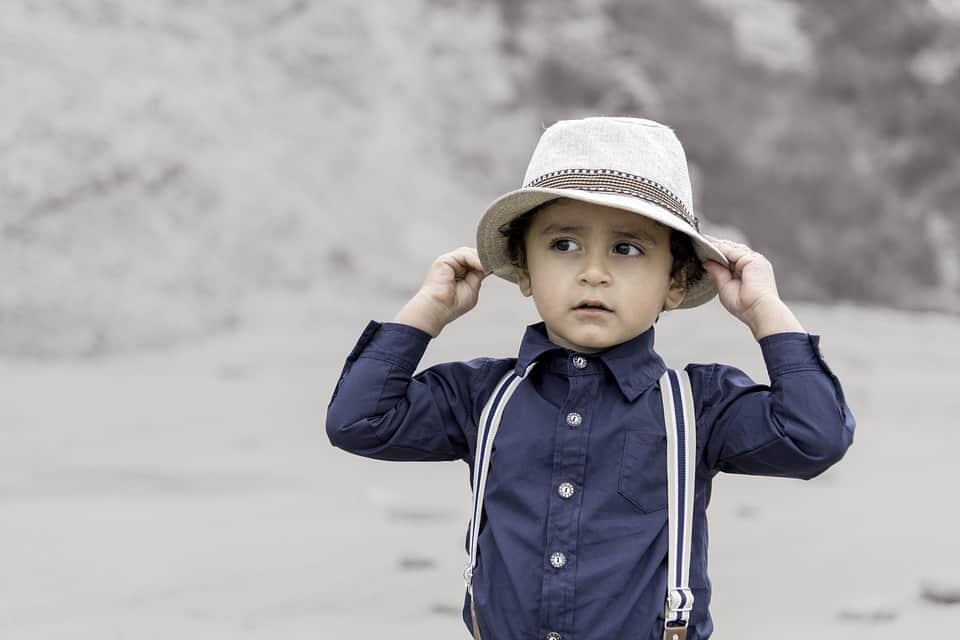 Момченце с шапка